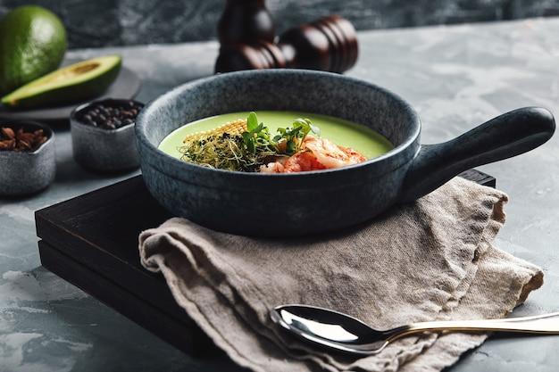 Vellutata di asparagi con gamberi. zuppa di asparagi verdi con gamberi tigre,