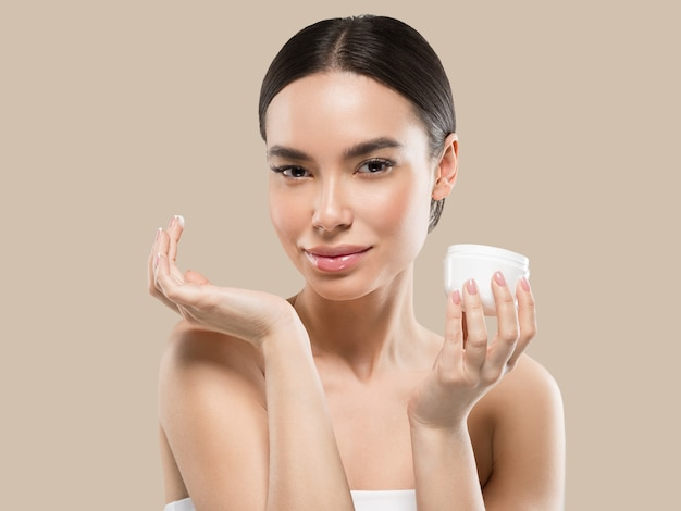 Crema viso donna cosmetici cura della pelle sana bellezza ritratto isolato su bianco colore di sfondo marrone