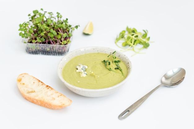 Zuppa di crema con formaggio blu, pane e microgreens