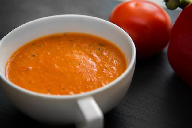 Zuppa di crema con peperoni arrostiti e pomodori sulla banda nera