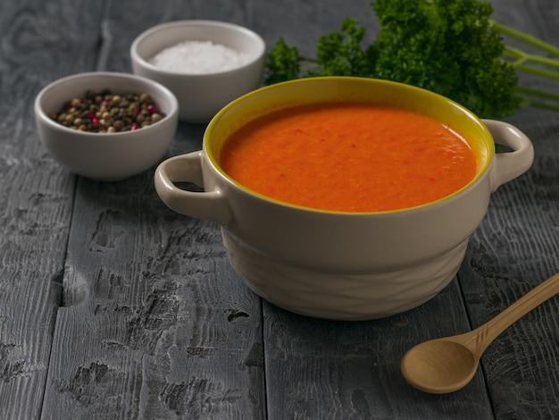 Zuppa di crema con spezie su un tavolo di legno nero