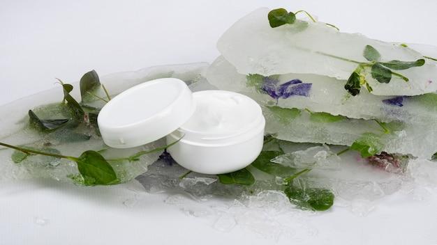 Crema con effetto rinfrescante, cosmetico per la cura della pelle.