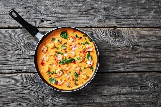 Gamberetti cremosi e confortanti in salsa di cocco con verdure miste, camarao no leite de coco