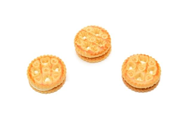 Biscotti cremosi su fondo bianco