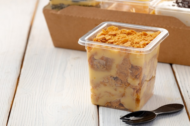 Dessert cremoso in una scatola di plastica