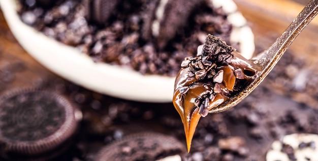 Ripieno cremoso di cioccolato all'uovo di pasqua bianco e nero. tipica tradizione brasiliana, dolce pasquale. messa a fuoco selettiva.