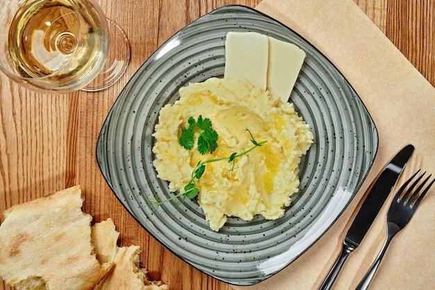 Purè di patate cremoso con shotis puri di formaggio sulguni e vino bianco