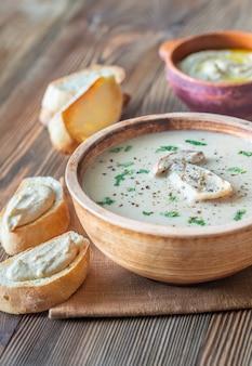 Zuppa cremosa di funghi con baguette tostata e hummus