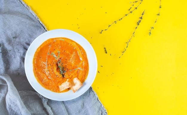 Vista dall'alto di gazpacho di zuppa cremosa su un tavolo giallo