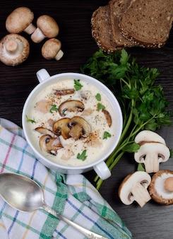 Zuppa cremosa purea di funghi e fettine di pollo
