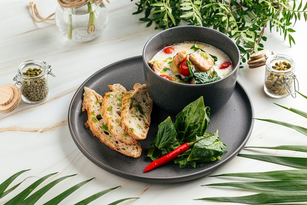 Zuppa cremosa con salmone e baguette francese