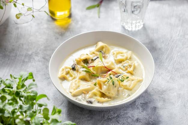 Zuppa di pasta cremosa di tortellini con spinaci, carote e pollo