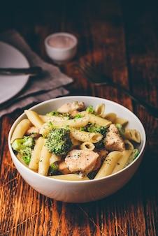 Pasta cremosa integrale con pollo e broccoli