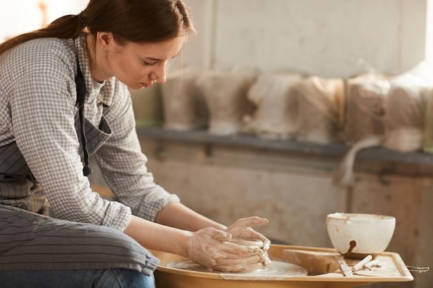 Creazione di vaso in ceramica in officina