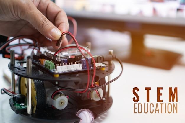 Creazione di un progetto di robotica per stem education, kit elettronico fai-da-te per robot