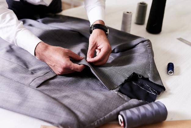 Creazione di elegante giacca maschile