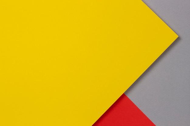 Parete di compositon di carta geometrica di colore giallo, rosso e grigio astratto creativo, vista dall'alto