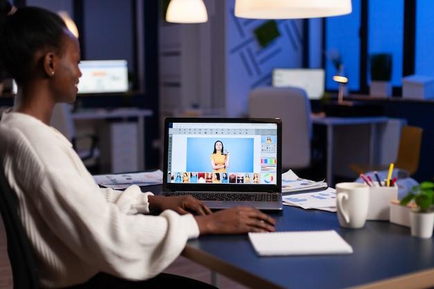 Ritoccatore afroamericano creativo che lavora alla produzione di design