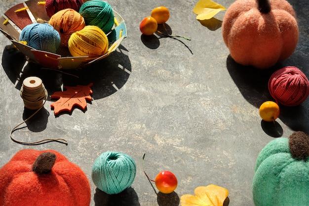 Disposizione creativa di materiali artigianali per maglieria e uncinetto