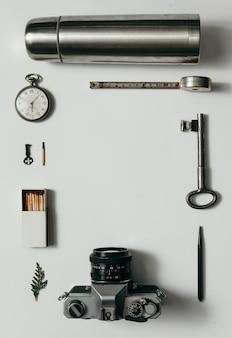 Disposizione creativa delle cose sulla scrivania