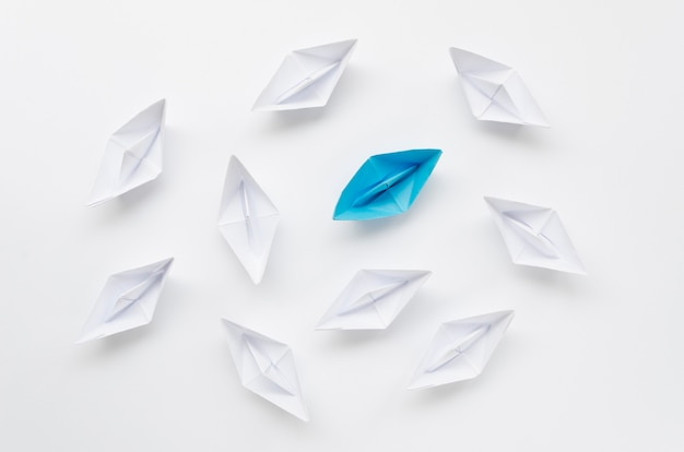 Assortimento creativo per barche di carta concetto di individualità