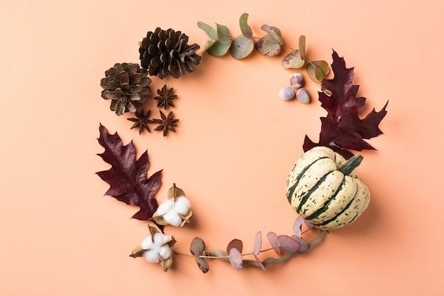Composizione creativa del giorno del ringraziamento autunnale autunnale con foglie secche decorative. lay piatto, vista dall'alto, copia spazio, sfondo pastello still life per biglietto di auguri