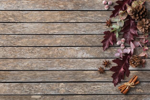 Composizione creativa del giorno del ringraziamento autunnale autunnale con foglie secche decorative. lay piatto, vista dall'alto, copia spazio, sfondo in legno still life per biglietto di auguri. concetto floreale e botanico.
