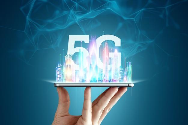 Sfondo creativo, 5g smartphone e ologramma smart city, concetto di tecnologia di trasmissione di big data, rete 5g, internet mobile ad alta velocità. tecnica mista.