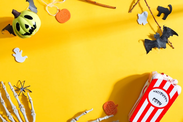 Sfondo creativo per la festa di halloween con accessori per le vacanze Foto Premium