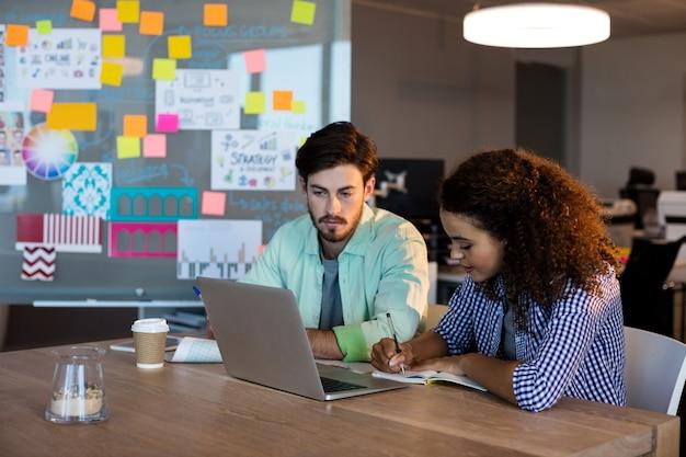 Gente di affari creativa che lavora alla scrivania in ufficio