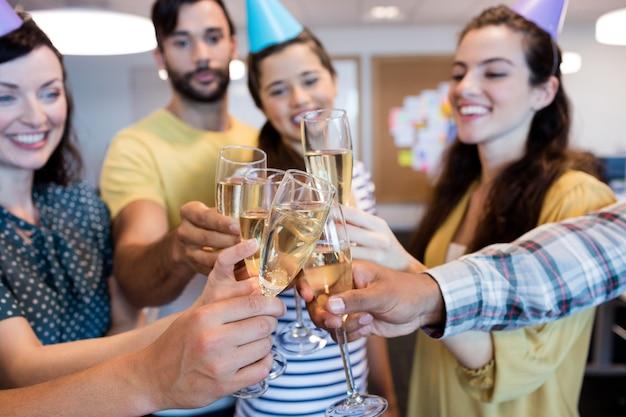 Business team creativo con un brindisi sul compleanno di college team creativo business con un brindisi