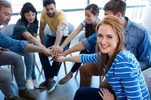 Team aziendale creativo mettendo le mani insieme in ufficio