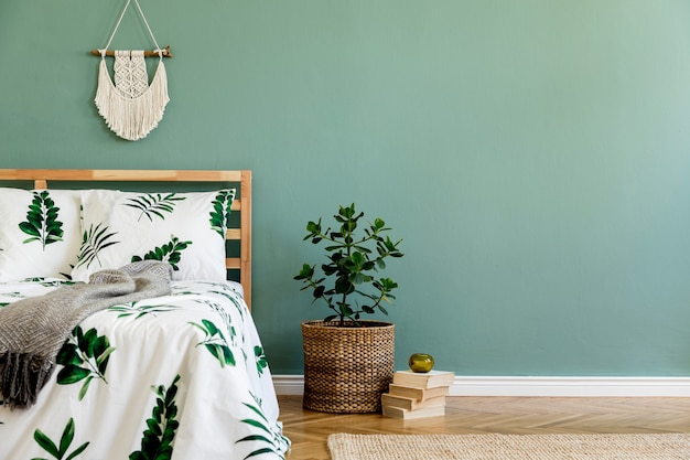 Composizione creativa della camera da letto con copia spazio letto e accessori boho modello
