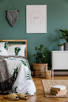 Composizione creativa della camera da letto con cornice per poster mock up e accessori boho modello