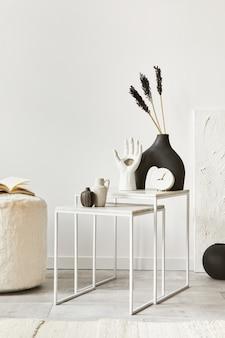 Composizione creativa di un accogliente interior design del soggiorno con copia spazio, tavolino e accessori personali. stile classico moderno. modello.