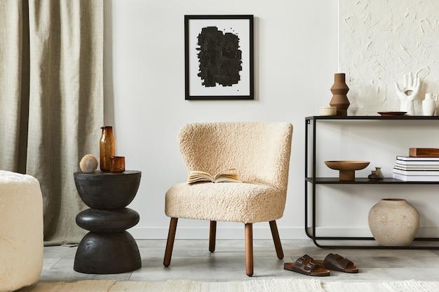 Composizione creativa di un accogliente design d'interni per soggiorno con cornice per poster finta, poltrona soffice, tavolino da caffè, comò e accessori personali. stile classico moderno. modello.