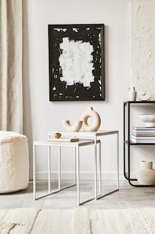 Composizione creativa di un accogliente design d'interni per soggiorno con cornice per poster, pouf, tavolino da caffè, comò e accessori personali. stile classico moderno. modello.
