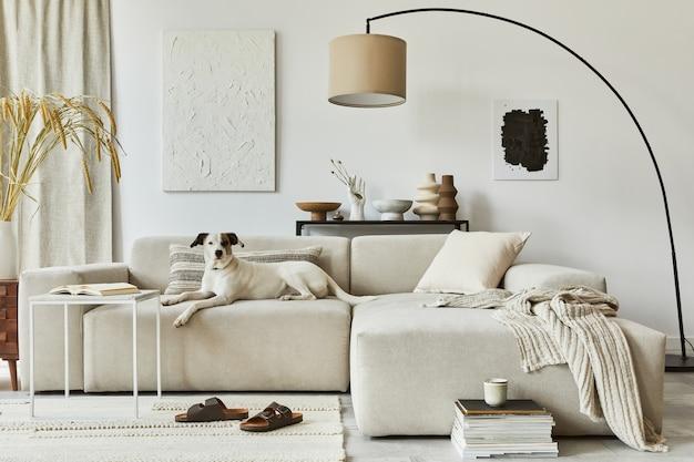 Composizione creativa di un accogliente design d'interni per soggiorno con cornice per poster finta e pittura della struttura, divano ad angolo, tavolino da caffè, tessuti e accessori personali. stile classico scandinavo.