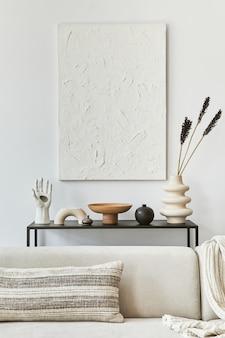 Composizione creativa dell'accogliente design d'interni del soggiorno con pittura finta della struttura, divano ad angolo, tavolino da caffè, tessuti e accessori personali. stile classico scandinavo. modello,