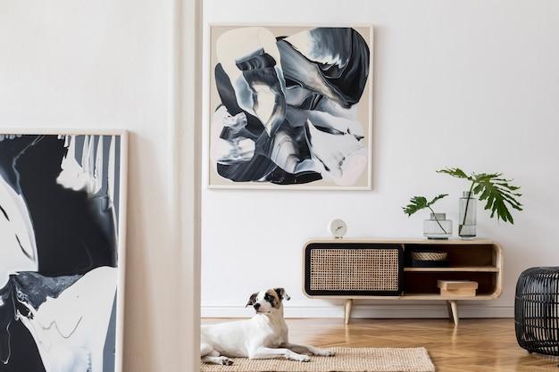 Composizione creativa dell'interior design accogliente ed elegante del soggiorno con cornice, comò in legno e accessori. muri bianchi. concetto minimalista. colori neutri.