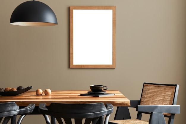 Composizione creativa dell'interno della sala da pranzo mock up tavolo in legno cornice poster e accessori