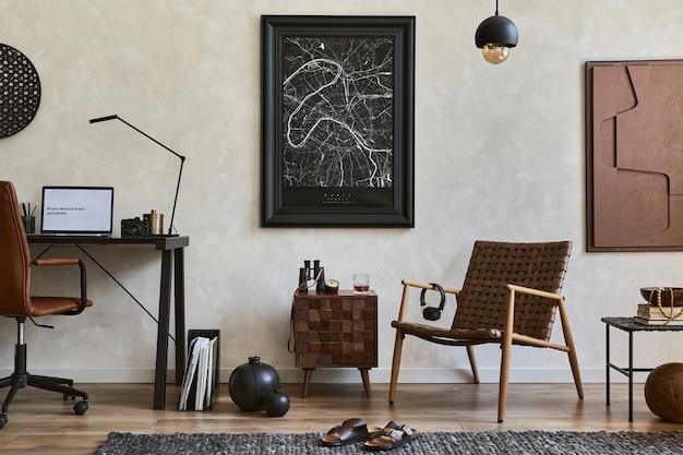 Composizione creativa di eleganti interni maschili per l'home office con cornice per poster mock up, poltrona marrone, scrivania da ufficio industriale e accessori personali. modello.