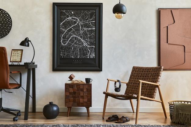 Composizione creativa di eleganti interni maschili per l'home office con cornice per poster finta, poltrona marrone, scrivania da ufficio industriale e accessori personali. modello.