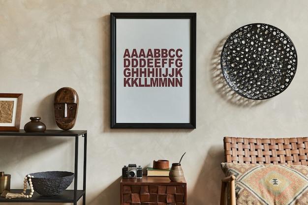 Composizione creativa di eleganti interni maschili del soggiorno con cornice poster mock up, poltrona marrone, scaffale geometrico industriale e accessori personali. modello.