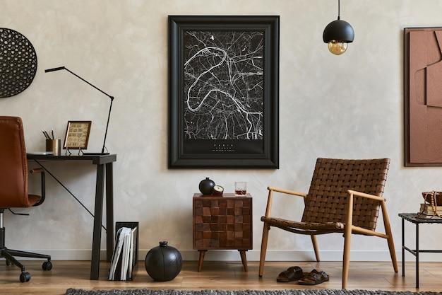 Composizione creativa di eleganti interni maschili del soggiorno con cornice per poster finta, poltrona marrone, scrivania da ufficio industriale e accessori personali. modello.