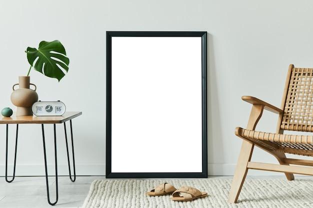 Composizione creativa dell'interior design del soggiorno con cornice per poster finta e accessori