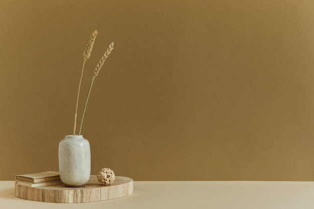 Composizione creativa di interior design minimalista con copia spazio, materiali naturali come legno e marmo, piante secche e accessori personali. colori neutri e gialli, modello.