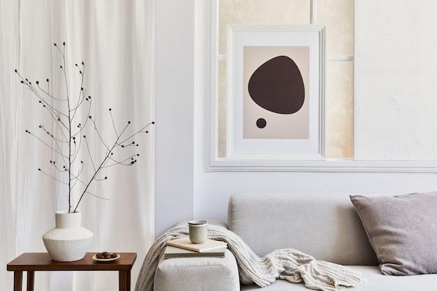 Composizione creativa di interni eleganti e accoglienti del soggiorno con cornice poster mock up, divano ad angolo grigio, finestra, tavolino e accessori personali. colori neutri beige. modello.