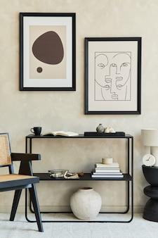 Composizione creativa di interni eleganti e moderni del soggiorno con due cornici per poster finte, comò geometrico nero, poltrona, tavolino da caffè, lampada e accessori personali. cori neutri. modello.