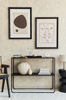 Composizione creativa di interni eleganti e moderni del soggiorno con due finte cornici per poster, comò geometrico nero, poltrona, tavolino da caffè e accessori personali. colori neutri. modello. Foto Premium